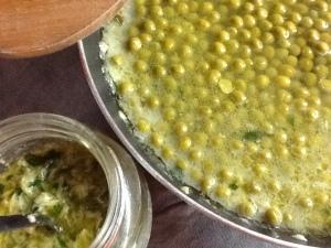 FOTO 2:  Puré realizado con los ajos, perejil, aceite y medio limón y guisantes en salsa verde.
