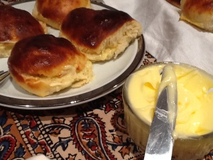 FOTO 4:  Ahora tenemos que abrir y untar con la crema de mantequilla.