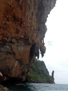 Ko Phi Phi Leh con un aspecto inexpugnable.