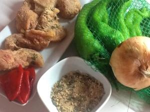 El pollo adobado y los ingredientes para preparar la salsa.