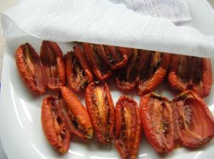 Tomates en mitad de la elaboración de secado