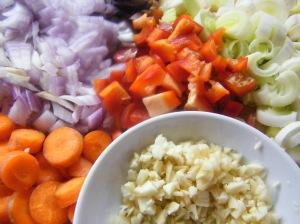 Pochamos la verdura, ajo, zanahoria, pimiento rojo, cebolla roja y cebolla blanca,