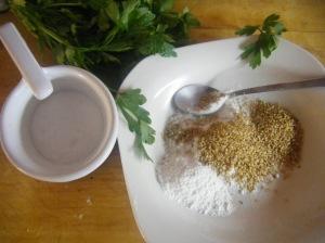 Para el crujiente mezclamos sésamo, harina y perejil