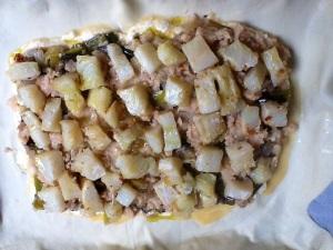 Sobre la masa de hojaldre colocamos, la masa de queso, la verdura y por último el bacalao con los tomates