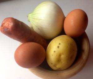 Ingredientes:  2 huevos, 1 patata, 1/2 cebolleta y tres rajas de chorizo