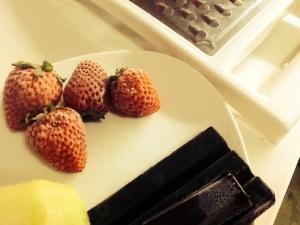 Rallamos el chocolate, las fresas y el kiwi