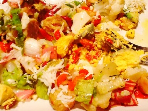 Ya cada uno con su plato integra la yema en su ensalada y se echa la vinagreta a su gusto.