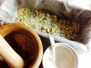 Machacamos los frutos secos. Incorporamos en el molde azúcar y los frutos secos