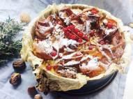Tarta crujiente de canela y leche con frutos secos y grosellas