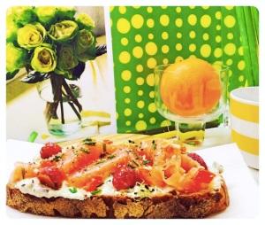 Tosta de salmón con rabanitos al horno sobre crema de queso, pimiento rojo y cebollino
