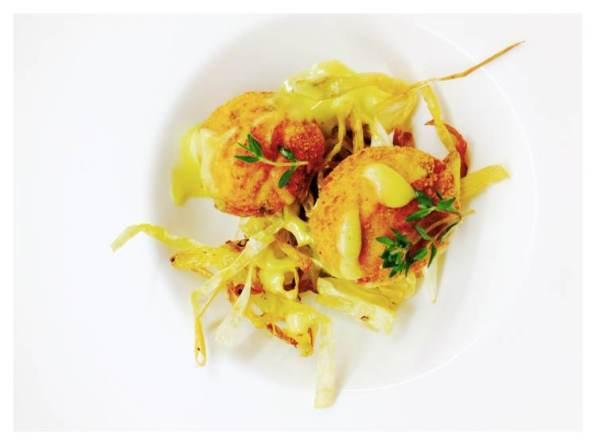 Albóndigas de pollo sobre crujiente de puerro con alioli