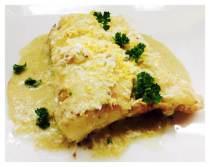 Bacalao skrei al horno con salsa verde, aceituna y huevo rallado