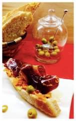 Tosta de cecina sobre crema de tomate con albahaca