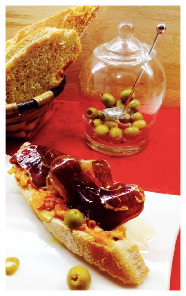 CECINA en tosta con tomate y albahaca