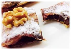 Pastelitos crujientes de coulis de fresa con frutos secos y chocolate