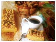 Bizcocho con base crujiente, cubierto de frutos secos y castañas