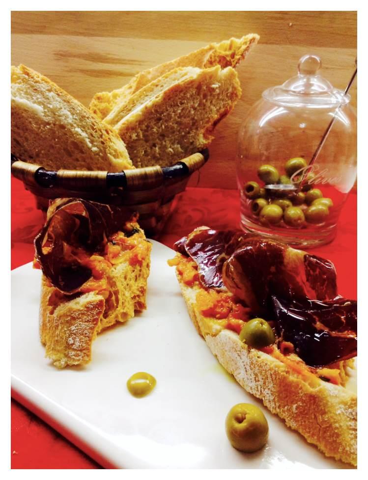 Tosta de cecina con crema de tomate y albahaca