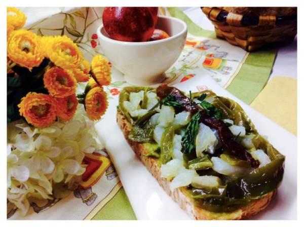 Tosta de bacalao con crema de aceite con pimiento verde