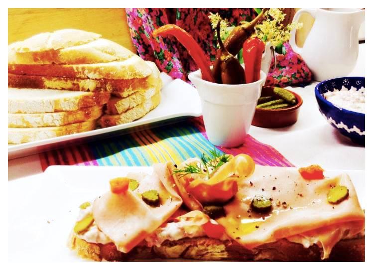 Tosta de crema de salami con mortadela, pepinillo y toque de pimienta_Fotor