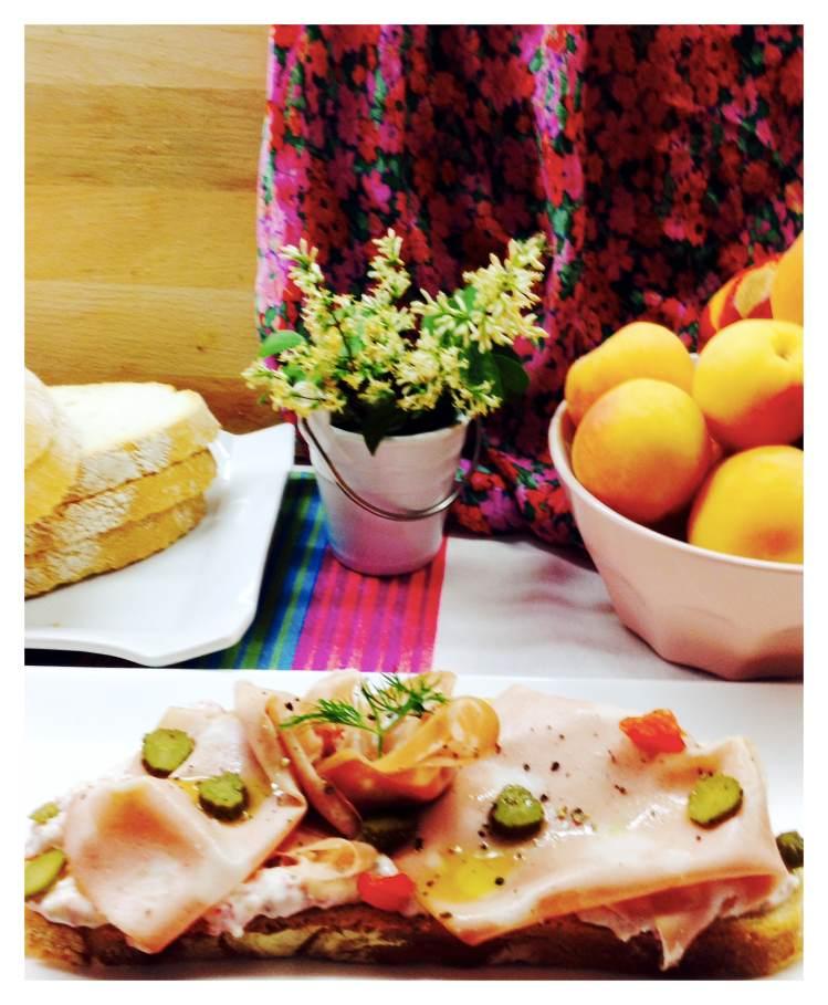 Tosta de crema de salami con mortadela y encurtidos