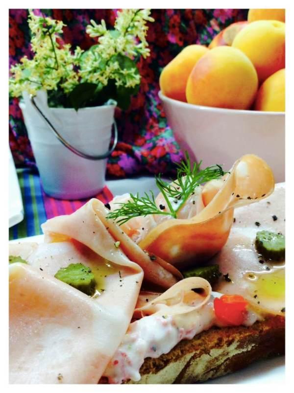 Tosta de crema de salami y mortadela detalle