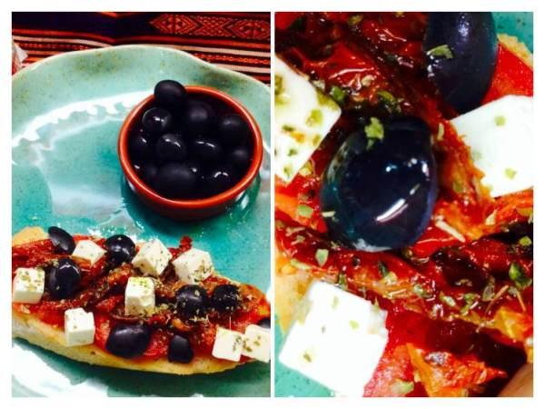 Tosta de queso Feta con aceitunas negras y tomate_Fotor