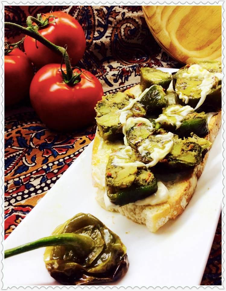 Tosta de tortilla paisana en piimiento sobre crema de mahonesa con crujiente de verduras