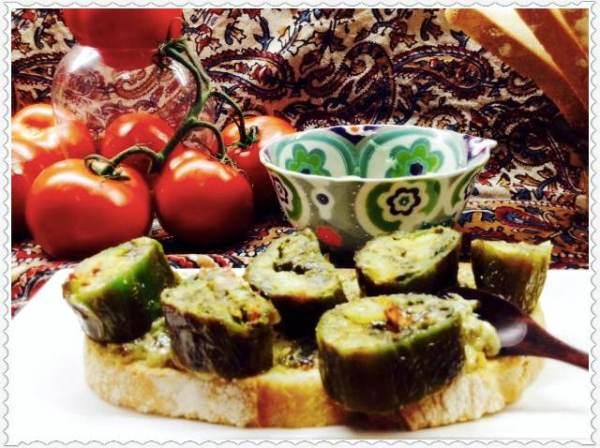 Tosta de tortilla paisana en pimiento sobre crema d mahonesa con crujiente de verduras