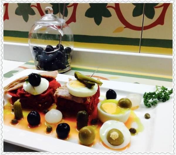 Ensalada de bonito y pimientos con aceitunas y huevo