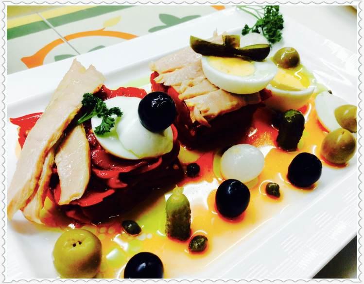 Ensalada de pimientos y bonito con aceitunas y huevo