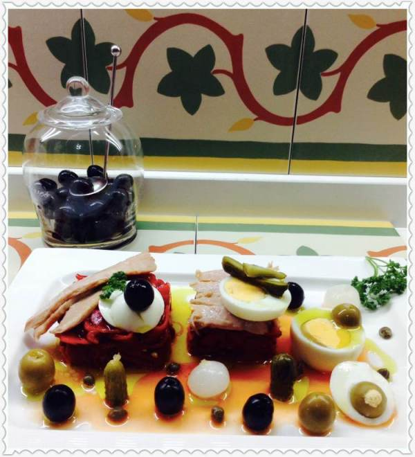 Ensalada de ventresca de bonito y pimientos con encurtidos y huevo 1