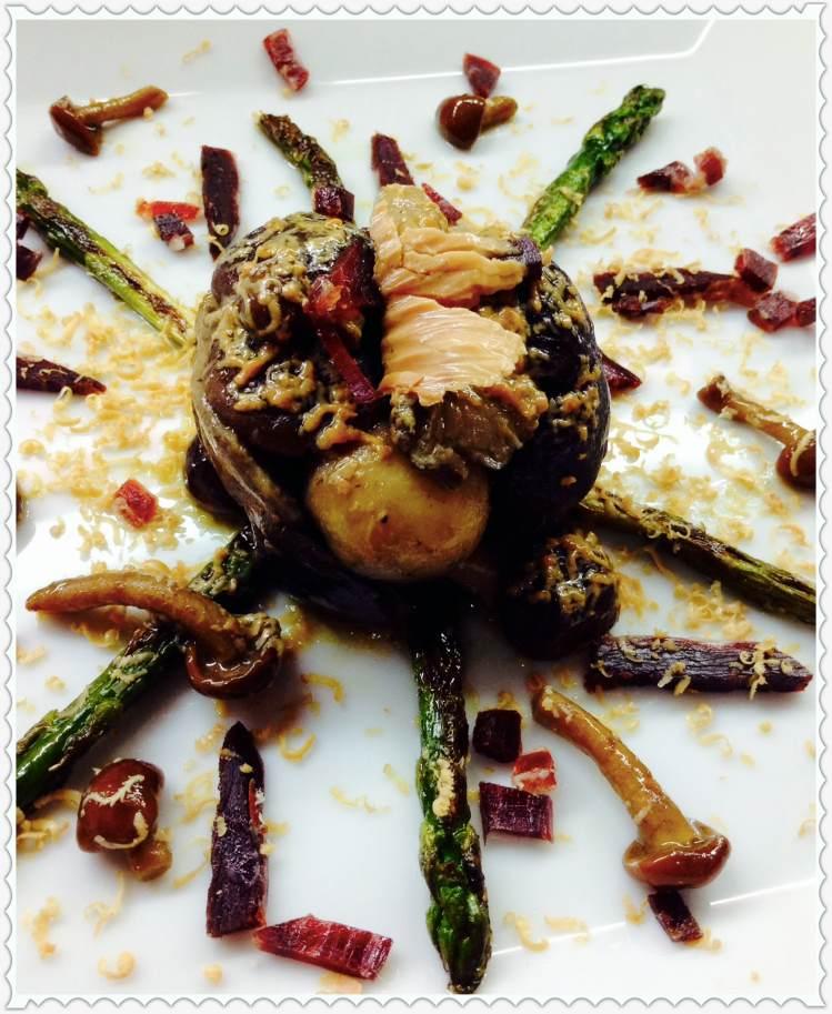 Ensalada templada de setas salteadas y espárragos con foie y puntas ibéricas
