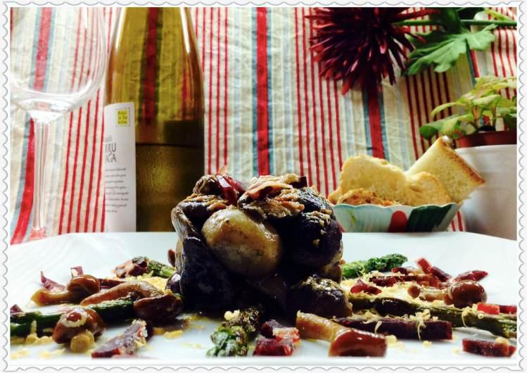 Ensalada templada de setas y espárragos  trigueros con lascas de foie y puntitas de ibérico