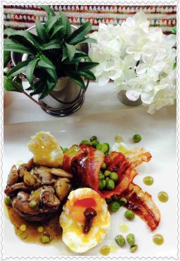 Guisantes con bacón y pastel de setas y huevo poché 2