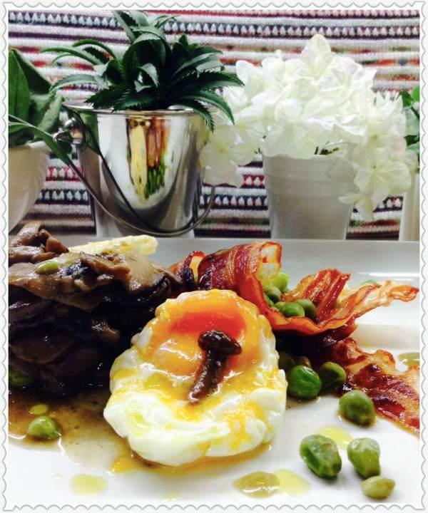 Guisantes con bacón y pastel de setas y huevo poché