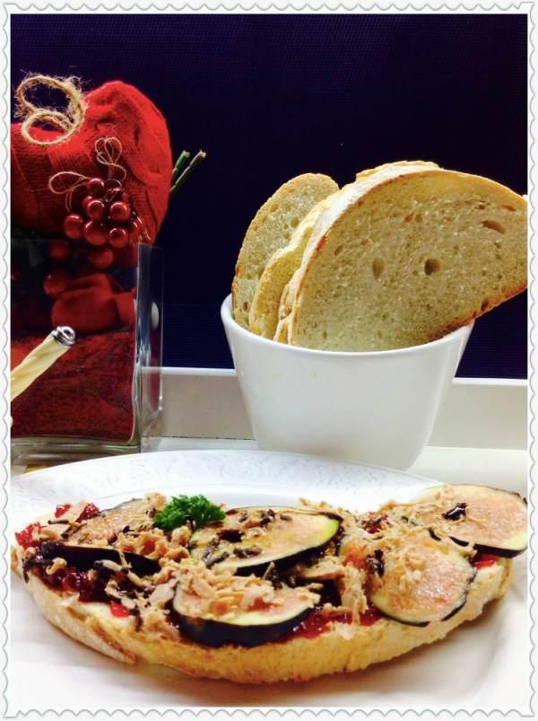 Tosta de brevas, foie y trufa sobre confitura de pimientos del piquillo 2